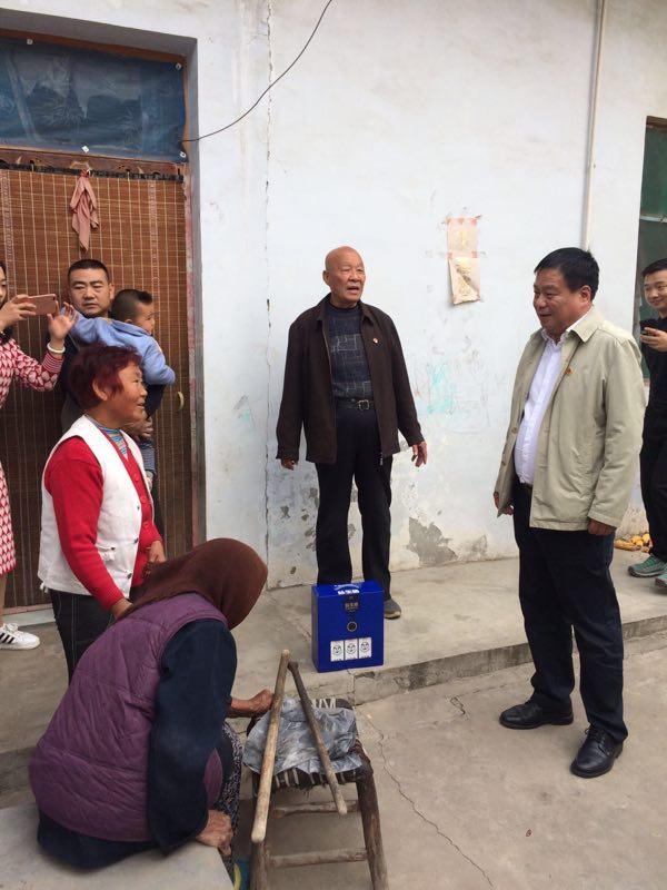 """偃师市总工会 开展""""心手相约、情暖重阳""""慰问活动"""