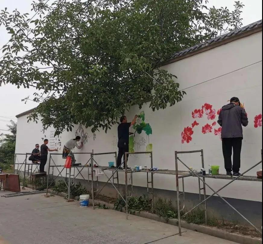【偃师市新时代文明实践志愿服务】义务绘制文化墙 扮靓美丽新农村